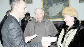 Deputatul Drăghici a sărbătorit femeile din Curtea de Argeş cu un spectacol de excepţie 2
