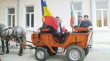 Primarul Frătică i-a primit pe oaspeţii italieni şi bulgari într-o caleaşcă trasă de un cal de rasă 2