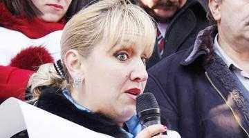 Vicepreşedinta PC, Adriana Croitoru, a scuipat înspre Stăpânul Mircea Andrei 4