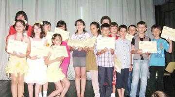 Cei mai buni elevi de la Şcoala Nr 3 Ion Pillat au fost premiaţi într-un spectacol la Teatrul Davila 6