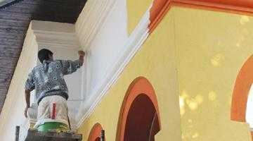 """Primăria Câmpulung a spălat biserica de """"păcatul portocaliu"""" 6"""