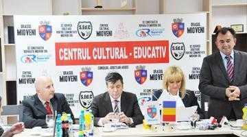 Premierul Ponta a inaugurat noul Centru Cultural Educativ Mioveni 4