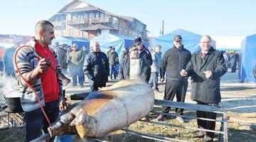 Zece primării s-au duelat în tăiat de porci la Mioveni 3