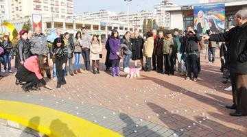 """Lumânări aranjate în Piaţa Milea cu mesajul """"Dinu te susţinem!"""" 4"""