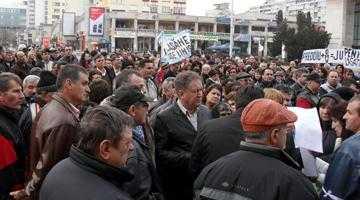 """Salariaţii de la Arpechim hăituiţi de OMV au protestat în centrul Piteştiului: """"OMV nu uita România nu-i a ta, du-te în Austria!"""" 5"""