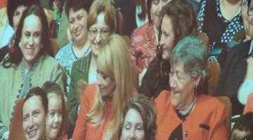 """Politică şi joc de imagine. Simona şi """"ţărăncuţele ei"""" au făcut senzaţie în faţa familiei Ponta 3"""
