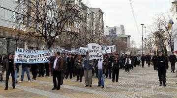 Continuă şirul protestelor din piaţa Milea. Executările silite îi scot din nou în stradă pe foştii salariaţi de la Arpechim 5
