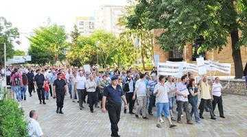 Peste 2.500 de salariaţi  ai Arpechim cer daune  de 45 de milioane de euro de la statul român 3