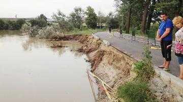 Inundaţiile au muşcat o bucată din Parcul Lunca Argeşului 5
