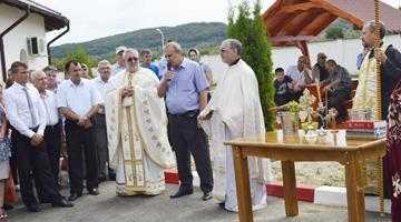 Sute de credincioşi, la sfinţirea noului Cimitir Public din Mioveni 2