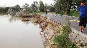 Parcul Lunca Argeşului rămâne  un pericol: malul muşcat  de inundaţii n-a fost refăcut 5