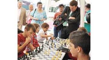 Prefectul Mihai Oprescu dă şah de pe telefonul mobil 3