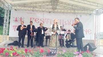 Mii de participanţi la Festivalul Tradiţii Argeşene de la Corbeni 4