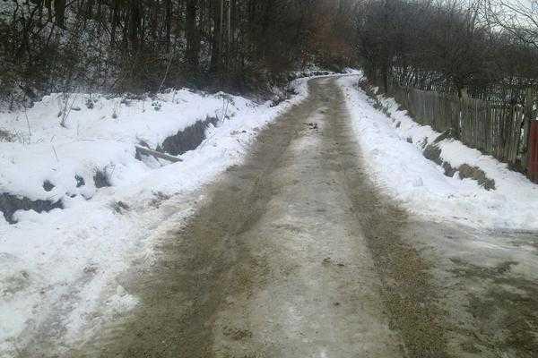 Deși a obținut în instanţă obligarea Consiliului Local Băiculești de a reabilita un drum, Simona Niculescu a rămas sechestrată la propria locuință timp de o săptămână 5