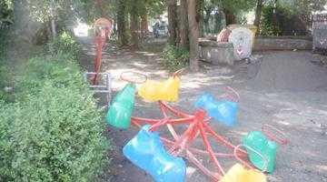 Primăria Piteşti a dărâmat un loc  de joacă pe care l-a făcut în 2011, ca să facă altul în loc de trei ori mai scump! 3