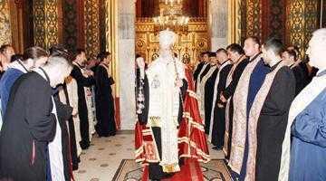 Ca să-i pupe poala lui Calinic, popii au blocat parcarea  Mănăstirii Curtea de Argeş 3