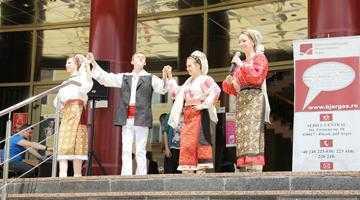 """Concert susţinut de elevii Liceului de Arte """"Dinu Lipatti"""", pe esplanada Bibliotecii Judeţene Argeş 4"""