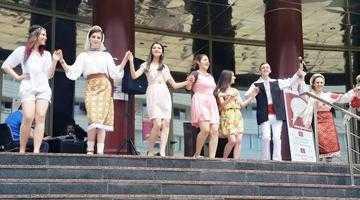 """Concert susţinut de elevii Liceului de Arte """"Dinu Lipatti"""", pe esplanada Bibliotecii Judeţene Argeş 3"""