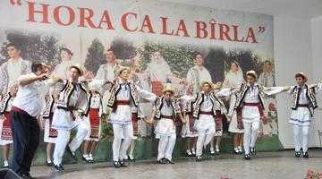 """10 formaţii din ţară au încântat la concursul  de dans popular """"Floare de Câmpie"""" de la Bârla 5"""