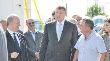 Iohannis s-a retras la o discuţie cu staff-ul Dacia, lăsând cu ochii în soare oficialităţile judeţului 6