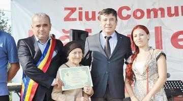 Autorităţile locale şi judeţene au premiat  10 cupluri care au împlinit 50 de ani de căsătorie cu prilejul zilei comunei Băiculeşti 4