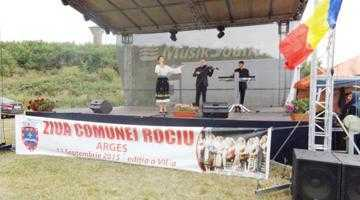 Un recital de cântece patriotice interpretate de preoţii din localitate au încântat atmosfera la ziua comunei Rociu 6