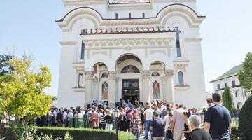 Mai multe enoriaşe au leşinat la slujba de resfinţire a Bisericii Sf. Vineri 5