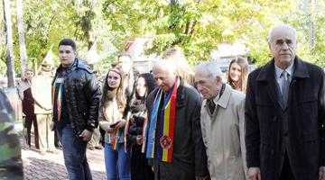 Autorităţile locale şi judeţene au depus coroane de flori la Monumentul Tanchistului de Ziua Armatei Române 5