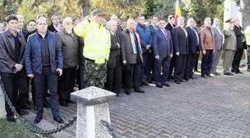 Autorităţile locale şi judeţene au depus coroane de flori la Monumentul Tanchistului de Ziua Armatei Române 4