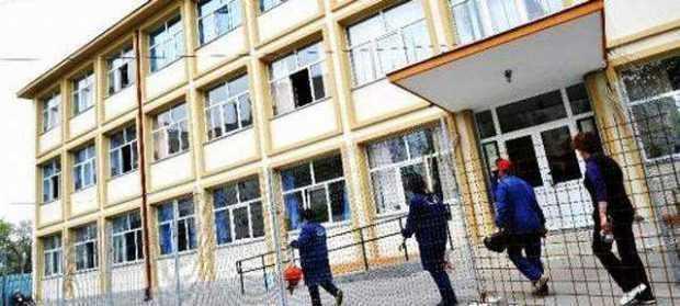 Instanţele de judecată din Argeş fac puneri în posesie pe bandă rulantă în curţile şcolilor sau ale instituţiilor publice 5