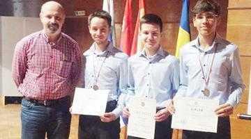"""Elevii de la Colegiul """"Dinicu Golescu"""", două medalii la un turneu internaţional de informatică 6"""