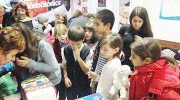 Moş Nicolae a venit şi pentru copiii de la centrul de zi al Organizaţiei Salvaţi Copiii Filiala Argeş 6