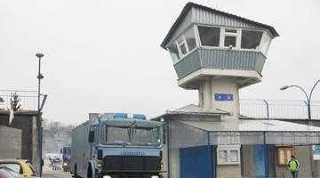 Deţinuţi agresaţi de gardieni, medicamente administrate  cu întârziere şi preţuri umflate la magazinul puşcăriei 4
