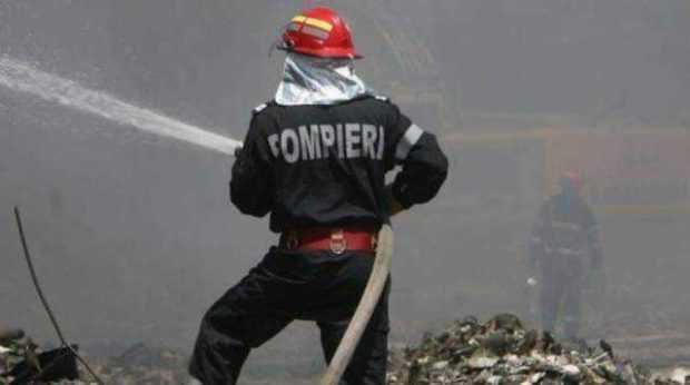 Incendiu puternic la hotelul lui Badea de la Vidraru: o angajată luată cu ambulanţa SMURD, 60 de pompieri au intervenit 5