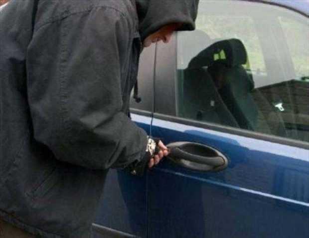 Bulgar cercetat de Parchet după ce a furat trei carduri bancare și 1.500 lei din mașina unui piteștean 6