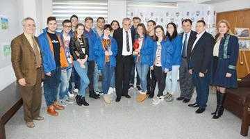 """Dansatorii Ansamblului """"Plai de Dor"""", felicitaţi de primarul Ion Georgescu pentru premiul obţinut în China 5"""