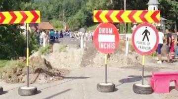 Pentru că firma Strabag nu cedează, podul de la Poiana Lacului rămâne în continuare rupt 1
