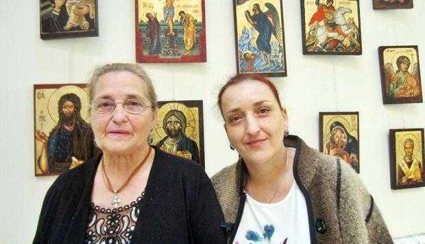 Mamă şi fiică, expoziţie de icoane pe sticlă, lemn şi piatră la Biblioteca Judeţeană 2