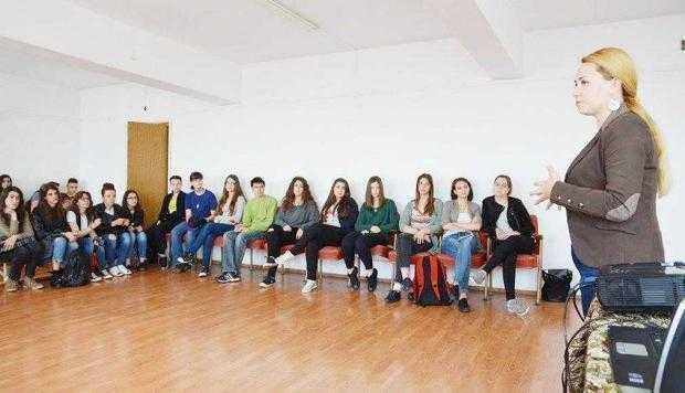 """Centrul Europe Direct  Argeş în vizită la Liceul  de Artă """"Dinu Lipatti"""" 2"""