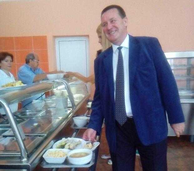 Rectorul Dumitru Chirleșan a gustat primul din menu-ul oferit de cantina UPIT 5
