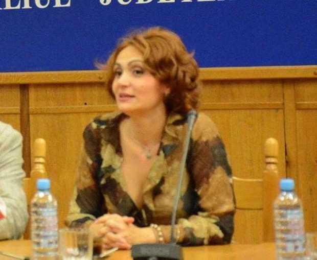 În plină criză a Teatrului, Araxy Negoşanu iese în faţă cu garderoba 2