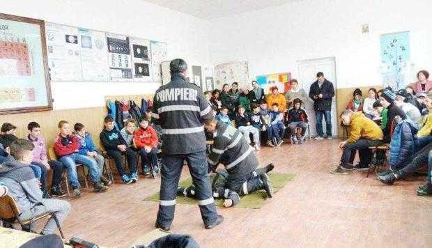 Pompierii au oferit lecţii de prim-ajutor elevilor Şcolii Gimnaziale Băiculeşti 2
