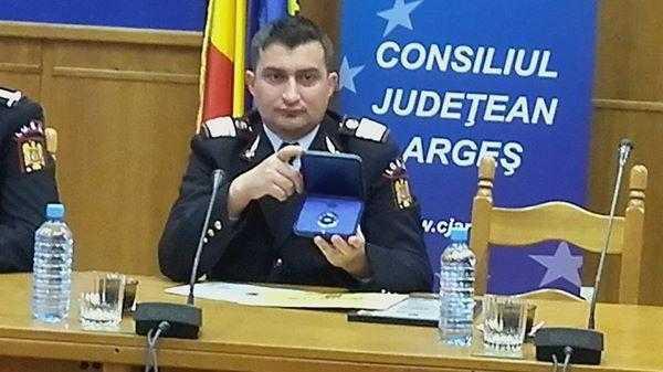 Pompierul erou care a salvat de la moarte un cățel a fost de premiat de IGSU și CJ Argeș 5