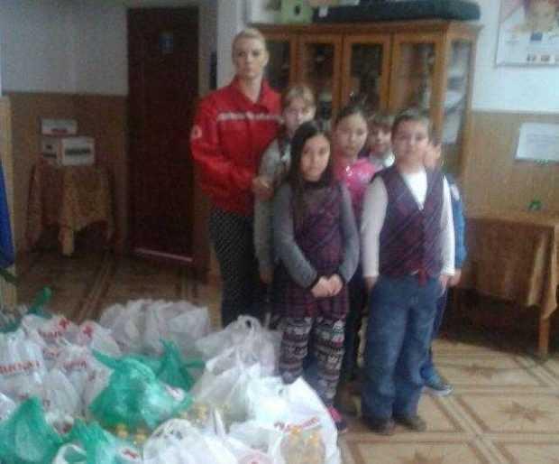Pachete în valoare totală de 10.000 de euro distribuite de Crucea Roşie familiilor nevoiaşe din Argeş 5