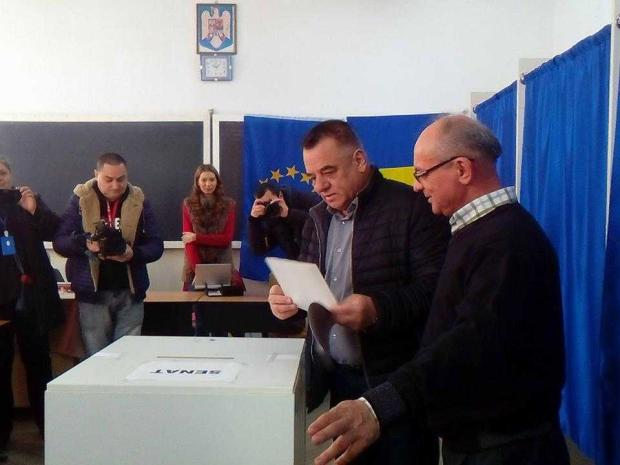 Primarul Ionică a ajutat un nonagenar să urce scările la secția de vot 6
