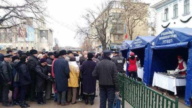 Peste o mie de oameni au stat la coadă la sarmale şi ţuică fiartă gratis la  Piteşti 6