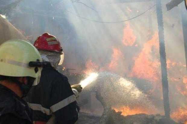 Au ars 500 kg de material lemnos și aproximativ 100 kg de gunoi menajer în Pitești 3