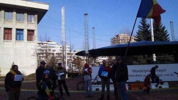 Zeci de piteşteni au protestat din nou. Alte zeci au plecat la miting la Bucureşti 5