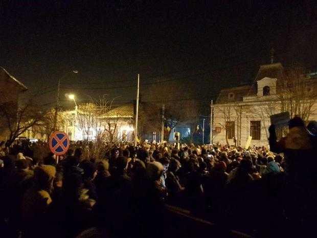 """2000 de oameni au strigat la Piteşti: """"Vrem justiţie, nu corupţie!"""" 2"""