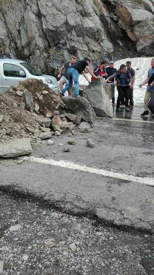 Zeci de turişti au deblocat Transfăgărăşanul de pietre 4